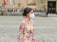 La reina Letizia deslumbra con estampado floral en su visita a Santiago de Compostela