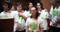 """El coro inclusivo de Cáritas reversionó el clásico """"No dudaría"""" con un fin ecológico"""
