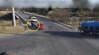 |TERRIBLE VIDEO| Motociclista salteño perdió el control, derrapó y chocó contra un auto