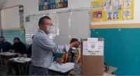 Sócrates Paputsakis llegó a votar acompañado de su hijo y habló sobre la responsabilidad cívica