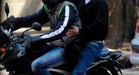 Cobardes y borrachos: se bajaron de una moto para amenazar y golpear a un policía salteño