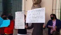Protesta de padres. Fuente: (Twitter)