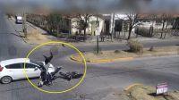 |TERRIBLE VIDEO| Automovilista chocó a una pareja en moto: volaron por el aire e impactaron contra el asfalto