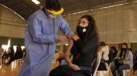 ¡Atención! Adolescentes de 17 años sin factores de riesgo pueden sacar su pre-turno para vacunarse