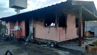 """El drama de una familia a la que se le incendió su casa por completo: """"Tantos años de esfuerzo se fueron en unos segundos"""""""