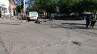 El siniestro nuestro de cada día: automóvil embistió a una motocicleta y el conductor salió despegado