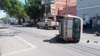 Jueves cargado de siniestros: así volcó un auto en pleno centro salteño