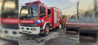 Jueves de terror: policía terminó en el hospital tras intentar apagar el incendio de una casa