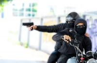 Fue detenida una pareja de motochorros que operaba en un lugar insólito