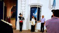 Arriando bandera Casa Histórica de Tucumán