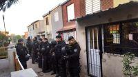 A lo Policías en Acción: allanaron la casa de una parejita salteña y se toparon con un kiosco de drogas