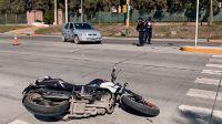 Violento choque en Salta: mujer iba en moto y dio su cuerpo contra el parabrisas de un auto