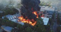 Impresionante incendio consume una fábrica de plástico