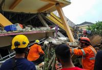 Fuerte sismo y terror: más de 30 muertos y 600 heridos por un temblor de 6,2 grados en Indonesia