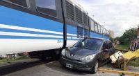 Arenales y Dean Funes: el tren urbano embistió un auto