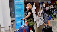 Aterrizó en el país un avión con 44 personas contagiadas de Covid-19