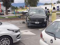 """Avenida Paraguay: camioneta provocó un """"desmadre"""" al chocar violentamente contra una palmera"""