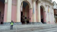 [FOTOS] Más vale prevenir: Iglesias y monumentos vallados por la marcha del Día de la Memoria en Salta