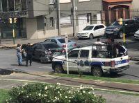 |URGENTE| Terrible choque: una camioneta de la policía se llevó puesto a otro auto en pleno centro salteño