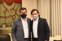 Gustavo Sáenz junto al secretario de Energía de la Nación en Pichanal
