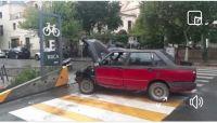 #URGENTE #AHORA un auto se incrustó en una de las paredes que separa la ciclovía de calle Belgrano y Mitre