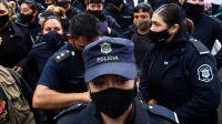 Más de 15 policías se mostraron en las redes a puro alcohol, música y baile: echaron a todos