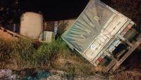 Un camión se quedó sin frenos, chocó y volcó toda su carga