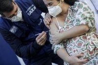 Recomiendan suspender la vacunación contra el COVID-19 en embarazadas con una determinada dosis: ¿Cuál es?