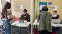 Por desmayos múltiples investigan el uso de la vacuna monodosis que quiere aplicar la Argentina