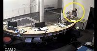  TERRIBLE VIDEO  Salteño fue al médico: se terminó robando un celular de la recepción