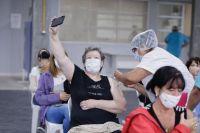 """Argentina """"metió quinta"""" y en una semana marcó récord de vacunación contra el COVID-19"""
