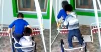 Integración: las maestras graban el gesto de un niño cuando su amigo discapacitado intenta usar el columpio