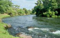 Desesperación: salteña intentó cruzar el río con su bebé en brazos y fue arrastrada por el agua