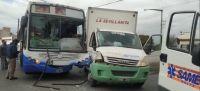 Tremenda embestida entre un colectivo y un camión en Salta: llegó toda una dotación de ambulancias