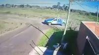 Quedó grabado por las cámaras: denuncian a policías por perseguir y atropellar a un perro